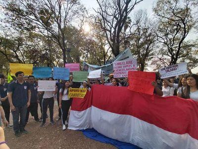 Estudiantes y docentes marchan para exigir mejor inversión en educación
