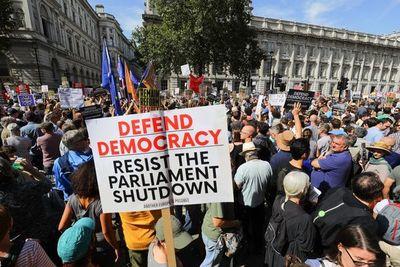 """Miles de personas protestan en el Reino Unido contra el  """"golpe""""  de Johnson"""