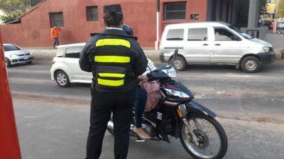 Acusan a una agente de tránsito de aplicar multa irregular