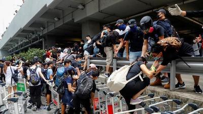 Los demócratas de Hong Kong vuelven a tomar el aeropuerto