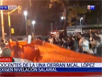 Docentes de la UNA cierran Avenida Mariscal López