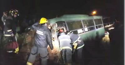 Bus militar chocó por un montículo de arena