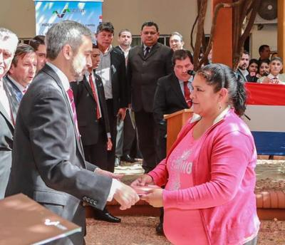 Gobierno entregó 200 títulos de tierra a beneficiarios de la agricultura familiar