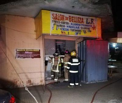 Bomberos controlan incendio en local del Mercado 4
