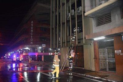 Incendio afectó tres pisos de un edificio del microcentro de Asunción