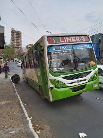 Colectivo chatarra pierde las ruedas en pleno centro y con pasajeros a bordo
