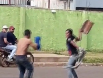 Mujer apalea a su novio a causa de piropo