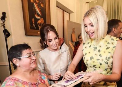 Ivana valoró los trabajos de artesanas paraguayas