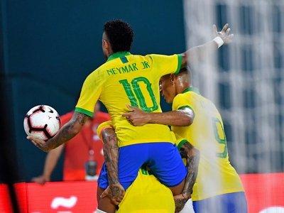 Neymar anota en su regreso pero Brasil no pasa del empate con Colombia