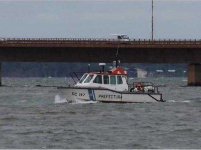 Cayeron de bote inflable: él nadó a tierra firme y ella flotó hasta Posadas