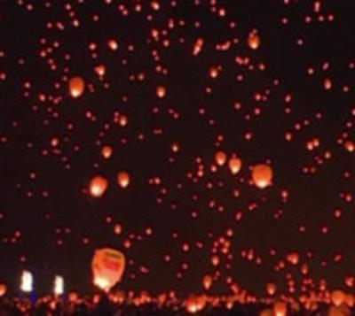 Miles de faroles chinos iluminan el cielo