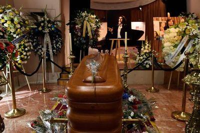 Más de un millar de personas dan último adiós a Camilo Sesto