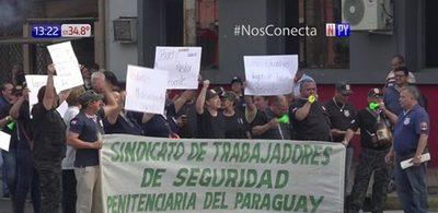 Guardiacárceles se manifiestan frente a Ministerio de Justicia
