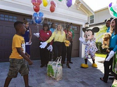 Sorprenden a niño que usó sus ahorros para ayudar a evacuados por Dorian