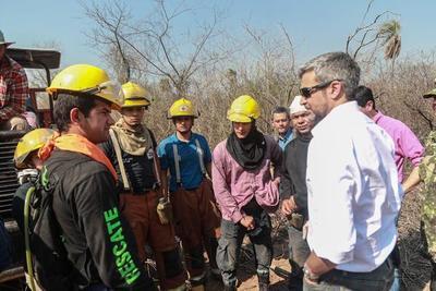 Mario Abdo supervisa los trabajos de control de incendios en el Chaco