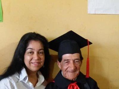 A sus 85 años se recibió de docente