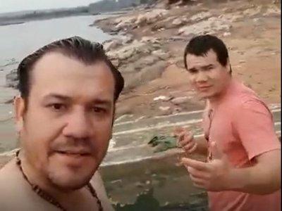 Por un pack se tiró al río y murió