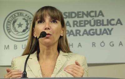 """HOY / Ministra ataca al diario e ignora denuncias en su contra: """"Soy la estrella"""""""