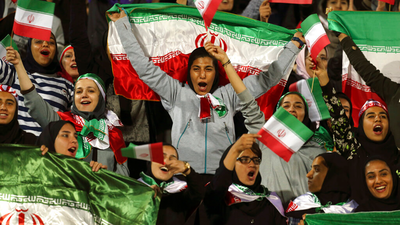 Mujer iraní fallece tras prenderse fuego fuera de un estadio de fútbol
