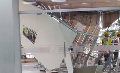 HOY / Se desplomó techo de acceso principal del Hospital Central del IPS