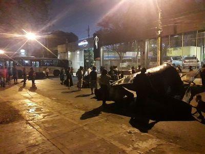 Indígenas bloquean la Avenida Artigas para llamar la atención del Gobierno