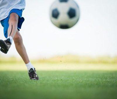 El conmovedor gesto de un niño que lesionó a su rival en un partido de fútbol.