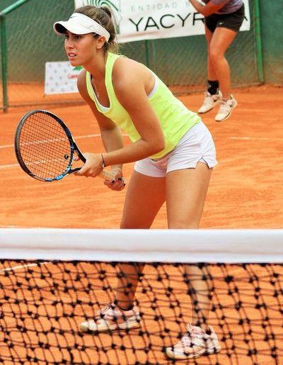 Lara Escauriza inicia ganando en dobles