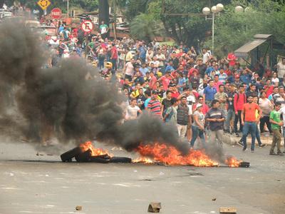 Jornada de protestas con saldo de heridos, detenidos y reclamo del sector comercial de Ciudad del Este