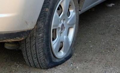 Asaltado mientras cambiaba rueda pinchada