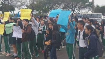 HOY / Estudiantes bloquean ruta Gral. Aquino en reclamo de presupuesto