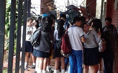 Alumnos toman colegio porque festejo por el día de la Juventud será solo por tres días