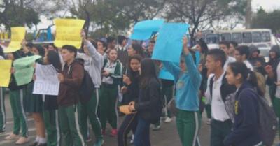 Estudiantes cierran ruta reclamando presupuesto