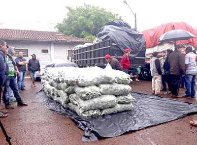 Fiscalía verifica las cargas de ocho camiones retenidos por los paseros