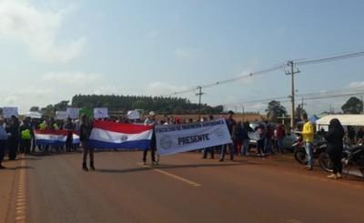 Estudiantes de la UNE cierran Ruta PY 02 contra recorte presupuestario
