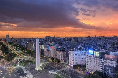 Moody's dice que la economía Argentina seguirá cayendo por el riesgo político