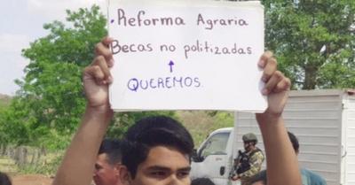 Estudiante oñemanifesta y le rompieron su cartel