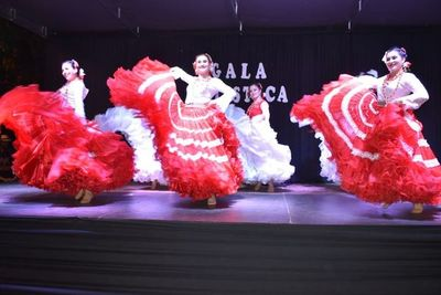 Noche de gala folclórica en Ayolas