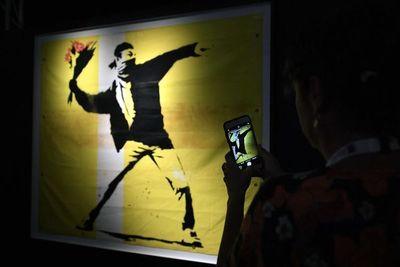 A subasta la obra de Banksy del Parlamento británico dirigido por chimpancés