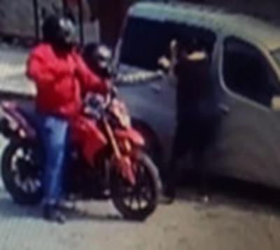 Captan a motochorros robando a empresaria