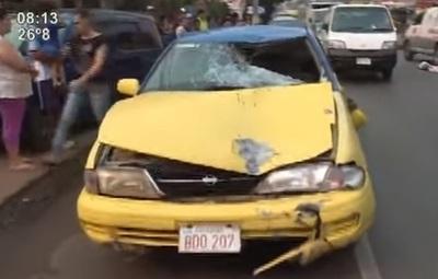 Taxi arrolla y mata a una joven