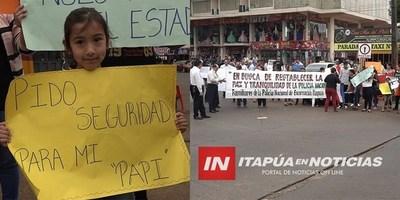 FAMILIARES DE POLICÍAS EXIGEN DESTITUCIÓN DE MINISTRO DEL INTERIOR
