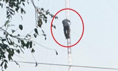 Hombre sube a antena de Senadis