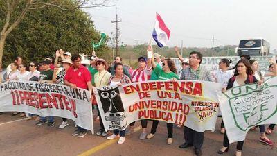 Cierran ruta en reclamo de equiparación salarial en Paraguarí