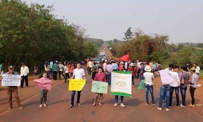 Reclaman recorte a la UNE con cierre de ruta en Minga Porã
