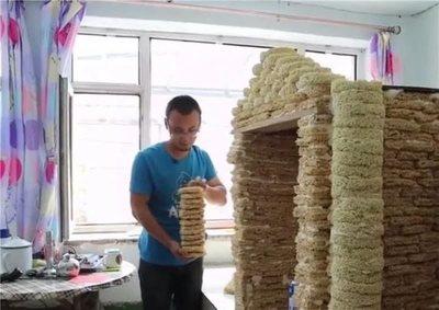 Construye casa de sus sueños usando 2.000 paquetes de fideos vencidos