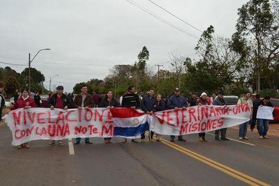 Docentes de la UNA cierran ruta en San Juan Bautista