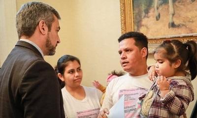 Abdo Benítez dona dinero para cirugía de niña