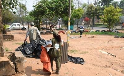 HOY / Damnificados abandonan las plazas, pero dejando suciedad y destrozos