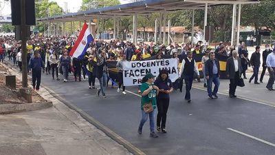 Docentes cierran la ruta Mariscal Estigarribia en San Lorenzo y generan caos en el  tránsito