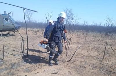 """HOY / """"Até con alambres mis botas"""": bomberos se ingenian en lucha contra el fuego, piden ayuda"""
